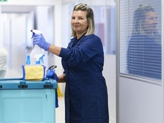 Prace porządkowe i sprzątanie biur i mieszkań prywatnych na terenie Warszawy i okolic.